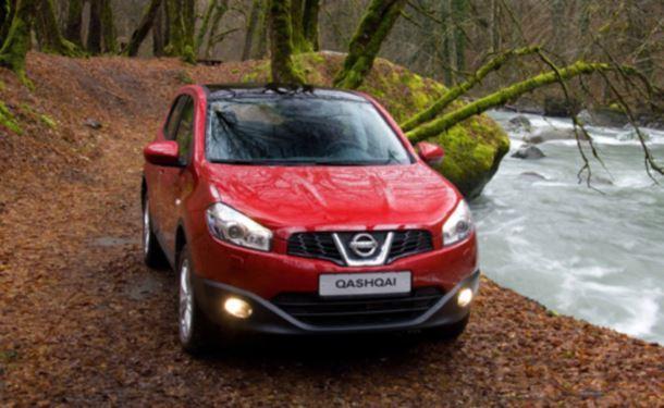 Фото: Nissan Qashqai красного цвета на бездорожье