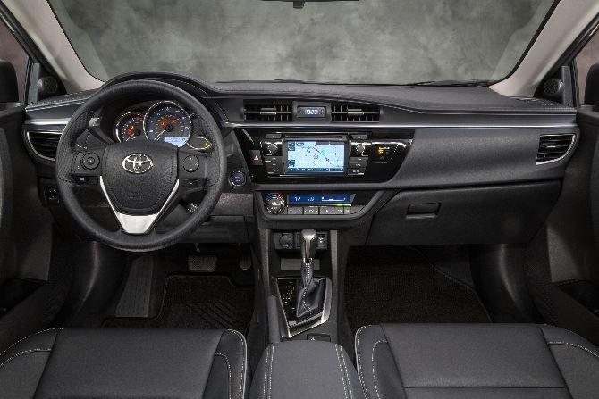 Фото: Toyota Corolla - интерьер салона в тёмных тонах
