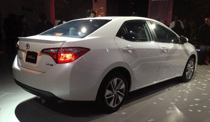 Фото: Новая Toyota Corolla белого цвета, вид сзади
