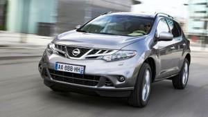 Фото: Nissan Murano - вид спереди на машину серого цвета