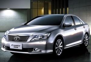 Фото: Toyota Camry 2013 - внешний вид машины цвета серый металлик