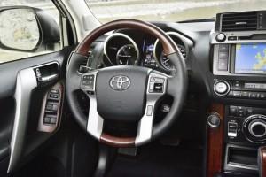 Фото: Toyota Land Cruiser Prado - интерьер салона, передняя панель