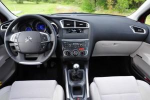 Фото: Citroen C4 sedan - салон, передняя панель