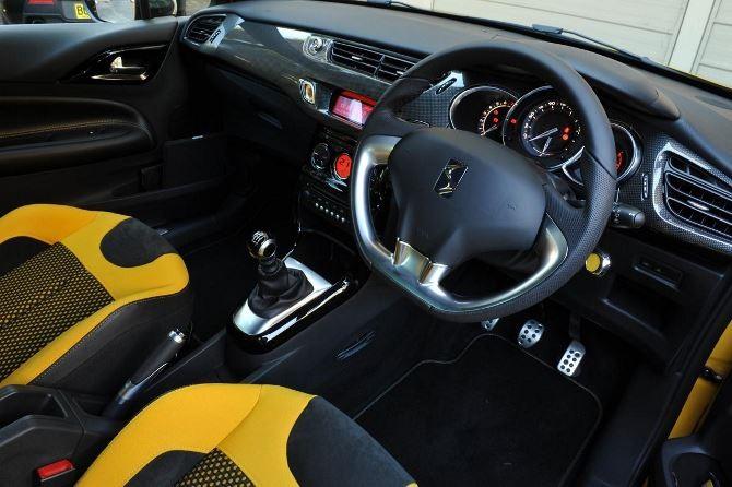 Фото: Citroen DS3 - яркий салон, передняя панель