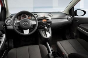 Фото: Мазда 2 салон автомобиля: место водителя и передняя панель