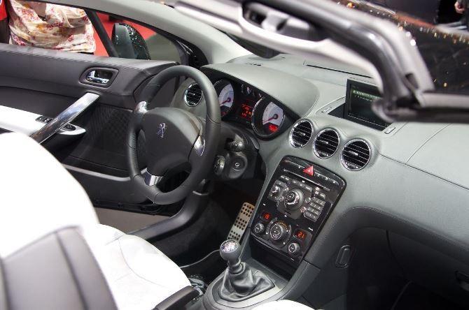 Фото: Peugeot 308 CC - салон автомобиля