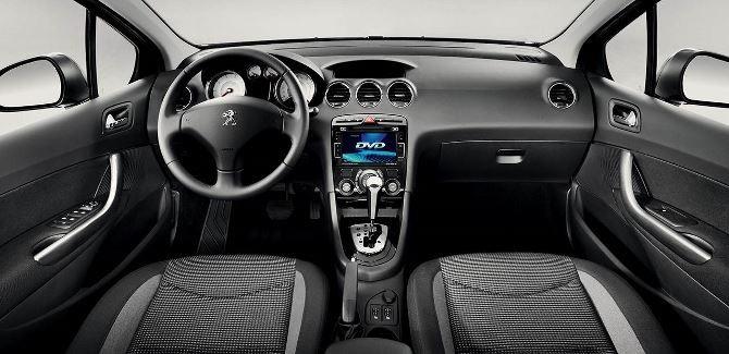 Фото: Пежо 408 - салон автомобиля. Передняя панель и место водителя