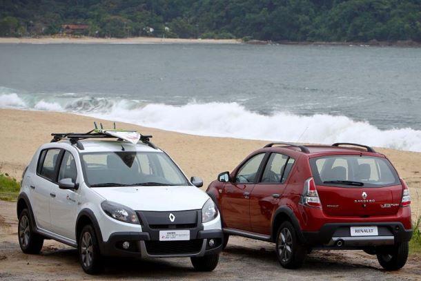 Фото: Красный и белый Renault Sandero Stepway на берегу моря