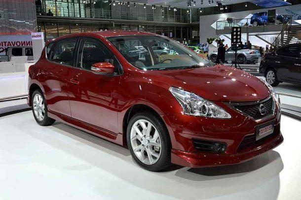 Фото: Nissan Tiida в кузове хэтчбек, красного цвета