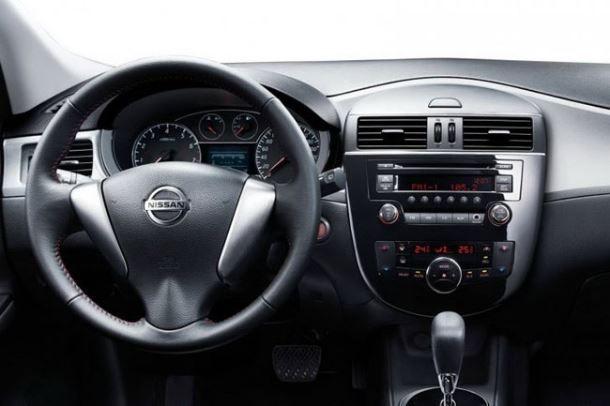 Фото: Салон Nissan Tiida выполненный в тёмных тонах