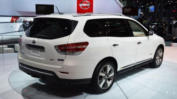 Фото: Вид сзади на Nissan Pathfinder белого цвета