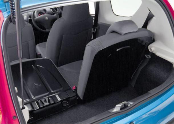 Фото: Багажное отделение Peugeot 107 с частично сложенными задними сидениями