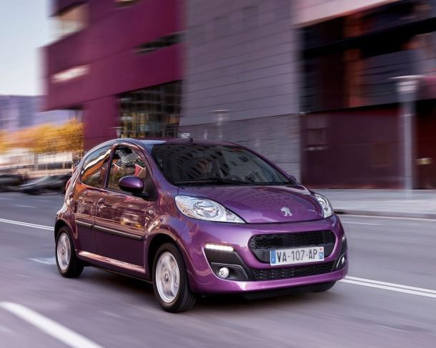 Фото: Peugeot 107 цвета Plum на дороге