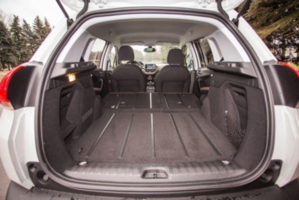 Фото: Багажник Peugeot 2008 со сложенными задними креслами