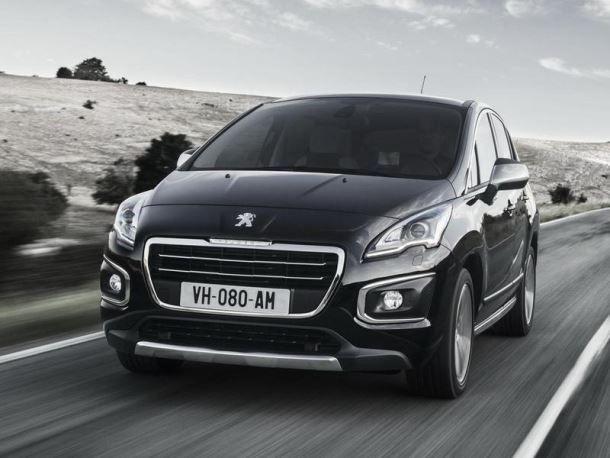 Фото: Peugeot 2008 черного цвета на трассе