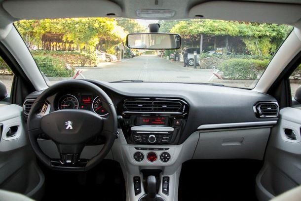 Фото: Место водителя Peugeot 301
