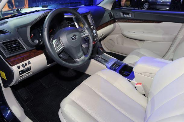 Фото: Место водителя Subaru Legacy и передняя панель
