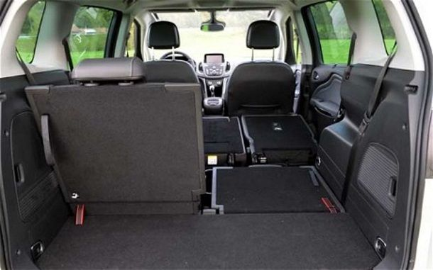 Фото: Частично трансформированное багажное отделение Opel Zafira Tourer 2014