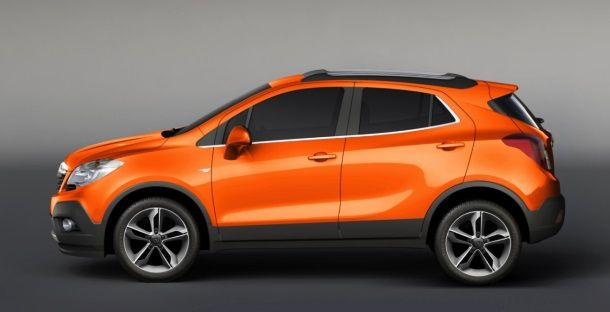 Фото: Вид сбоку на оранжевый Opel Mokka