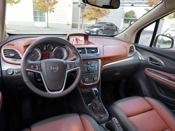 Фото: Передняя часть салона и панель управления новой Opel Mokka