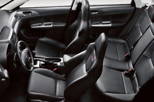 Фото: Общий вид на салон Subaru WRX отделаный кожей
