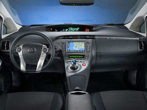 Фото: Салон Toyota Prius 30 в тёмных тонах