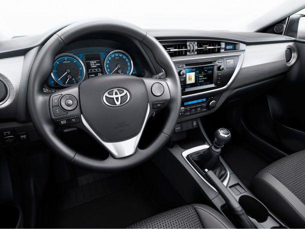 Фото: Место водителя Toyota Auris