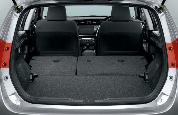 Фото: Багажник Toyota Auris 2013 со сложенными задними сидениями