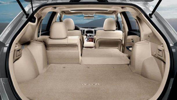 Фото: Toyota Venza с частично сложенными задними сидениями