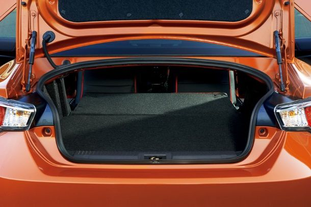 Фото: Небольшой багажник Тойоты ГТ-86 со сложенными задними сидениями