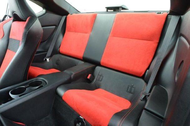 Фото: Небольшие задние сидения Тойоты ГТ-86 с минимальным расстоянием для ног