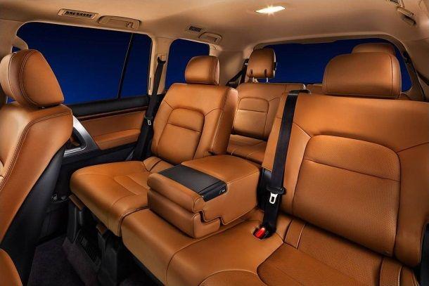 Фото: Заднее сидение семиместной Toyota Land Cruiser 200 brownstone