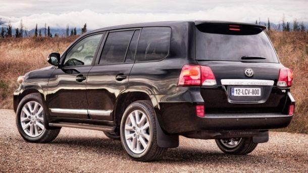 Фото: Вид сзади на Toyota Land Cruiser 200 черного цвета