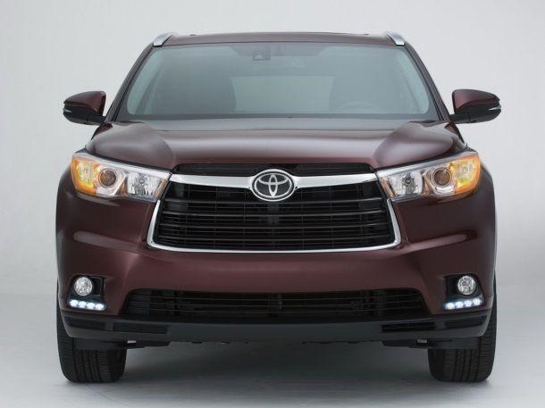 Фото: Вид спереди на темно-красный Toyota Highlander 2014