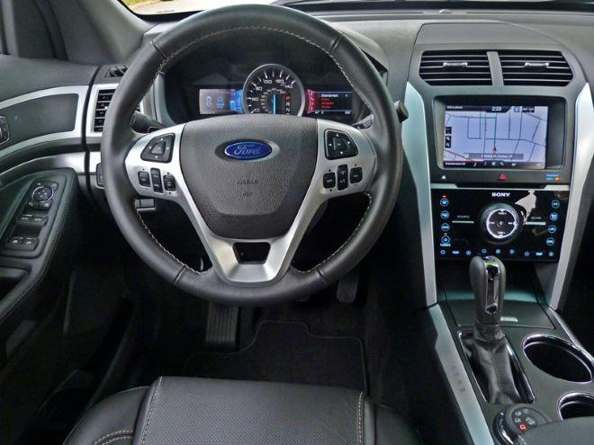 Фото: Место водителя и передняя панель Ford Explorer 5