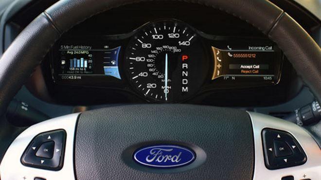 Фото: Панель Ford Explorer 5 со спидометром и двумя экранами