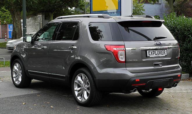 Фото: Вид сзади на Ford Explorer Limited серого цвета