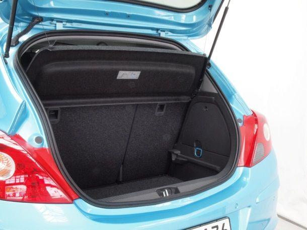 Фото: Скромный багажник объёмом 285 литров