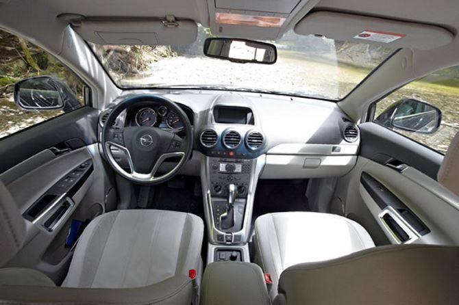 Фото: Передняя часть салона Opel Antara 2014