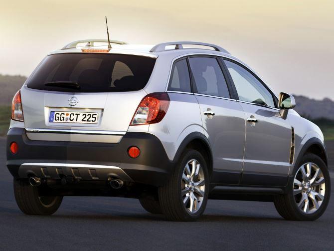 Фото: Вид сзади на Opel Antara 2014 года, серого цвета