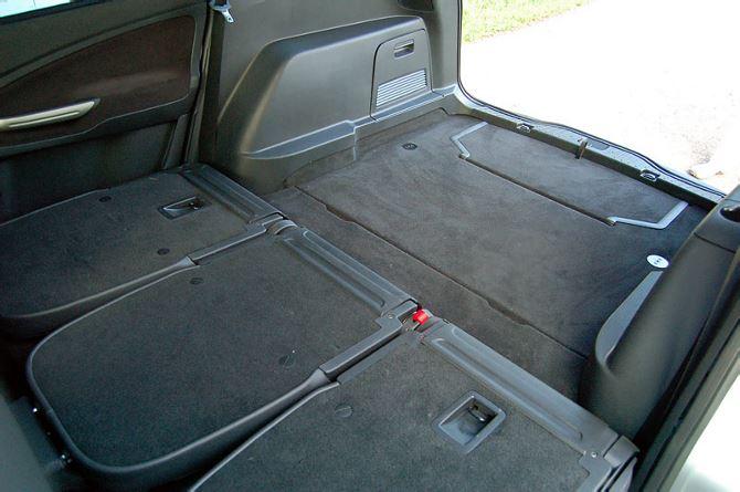 Фото: Вместительный багажник со сложенными задними сидениями