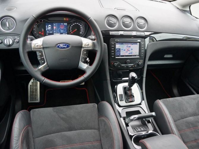 Фото: Передняя часть салона Ford S-Max с оригинальной ручкой стояночного тормоза