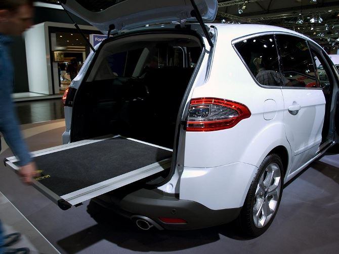 Фото: Выдвижная погрузочная платформа, для удобного доступа к багажу