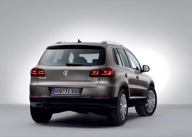 Фото: Вид сзади на Volkswagen Tiguan 2013, коричневого цвета