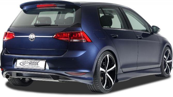 Фото: Вид сзади на Volkswagen Golf 7 синего цвета, поле тюнинга