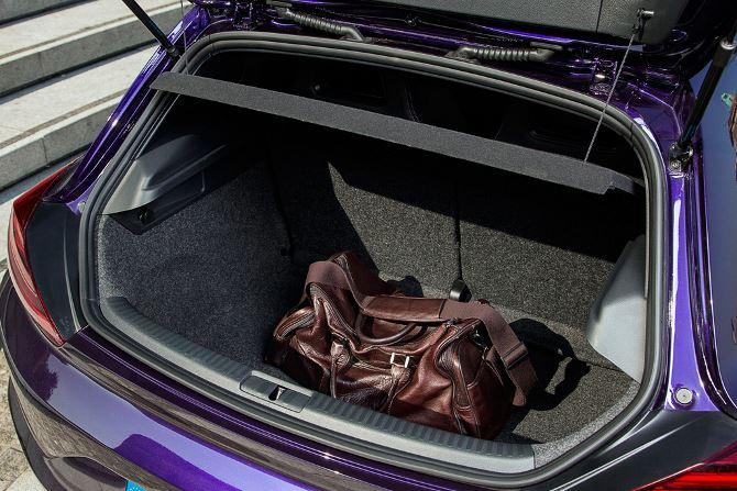 Фото: Не очень большой багажник спортивного автомобиля