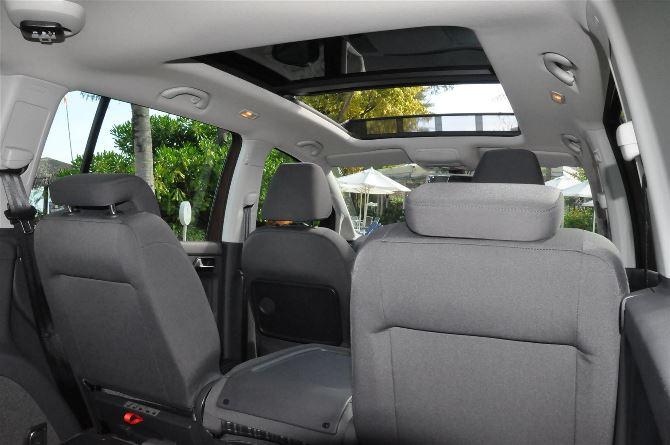 Фото: Задняя часть салона со сложенным средним креслом, вид со стороны багажника