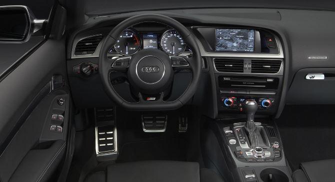 Фото: Место водителя и технологичная передняя панель авто