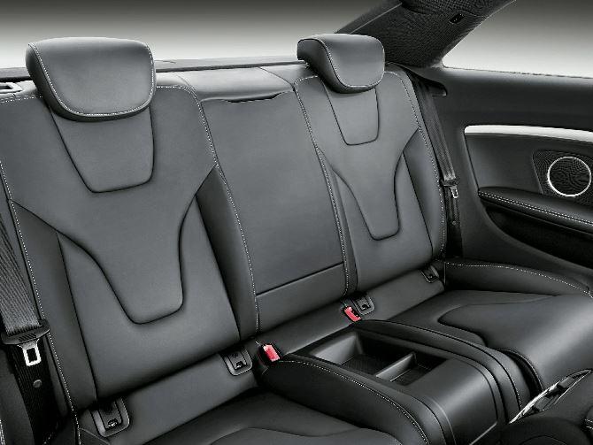 Фото: Задний ряд сидений - трудно добираться, но комфортно сидеть