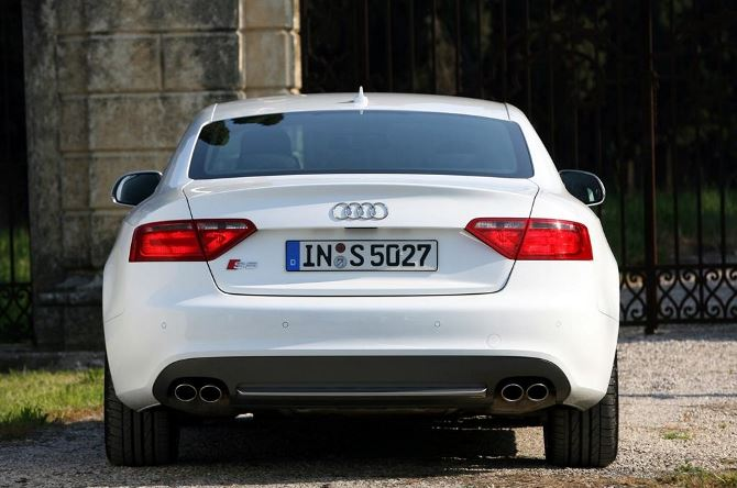 Фото: Вид сзади на спорт кар Audi S5 coupe